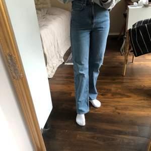 Säljer mina blåa weekday jeans i modellen rowe. Jag har använt dom har använts mycket så därför så har dom slitningar längst ner på benen och uppe vid midjan, om ni vill ha fler bilder så är det bara att fråga! Jeansen är i storleken 25/30