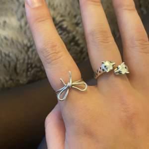 En rosett ring från Maria Nilsdotter ( vet inte riktigt storleken men skulle gissa på 16). Kommer med förpackning!