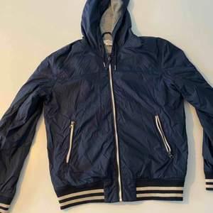 Blå jacka från H&M.
