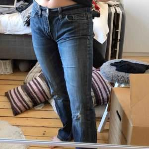 Lågmidjade jeans med slitningar på knäna och lite på rumpan. De är små i storleken så passar mig som brukar kunna ha 36/S i jeans. De är riktigt cool modell eftersom de även är utsvängda 💕