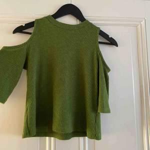 Cold shoulder tröja från Monki. Ganska kort modell med lite längre armar.