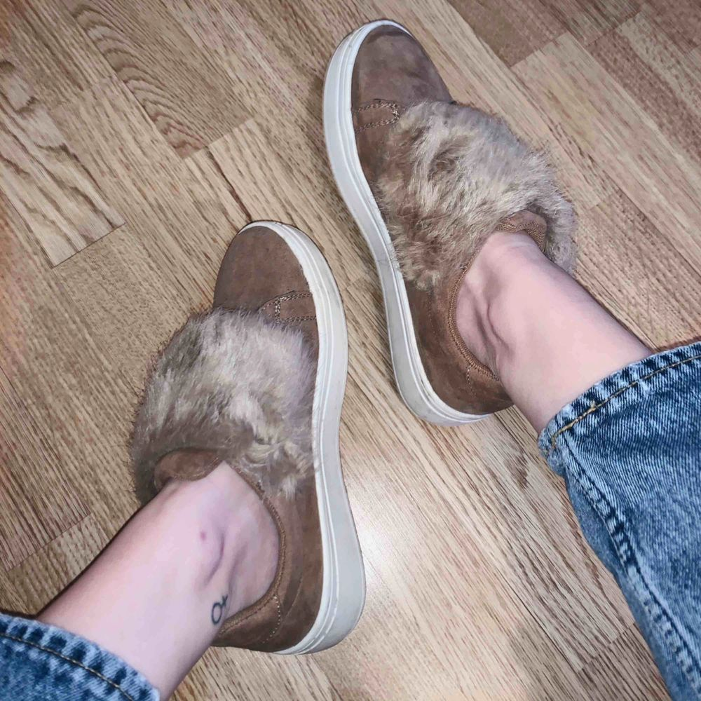 Beiga sneakers med fakepäls från Duffy! Endast använda 1 gång. Köparen står för eventuell frakt, alltid spårbar frakt📦. Skor.