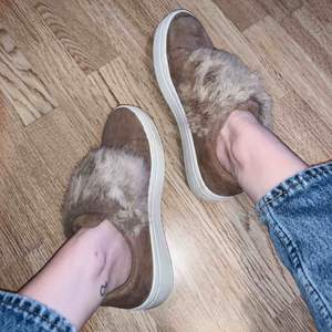 Beiga sneakers med fakepäls från Duffy! Endast använda 1 gång. Köparen står för eventuell frakt, alltid spårbar frakt📦