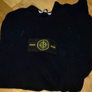 En stone island tröja utan luva (college tröja). Jag har använt den 2 gånger men det var fel storlek för mig. Den är äkta! Kan gå ner i pris vid en seriös och snabb affär