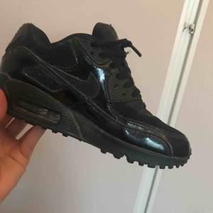 Nike air MAX i stl 36 Använda 1 gång sen legat i garderoben pga att dem för små :(  Finns i Helsingborg, kan skickas även mötas upp!