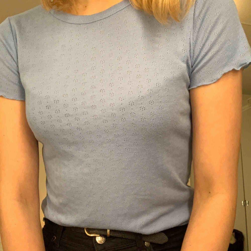 Småblommig blå t-shirt med söta detaljer. Delar på fraktkostnad. 💙💙. T-shirts.