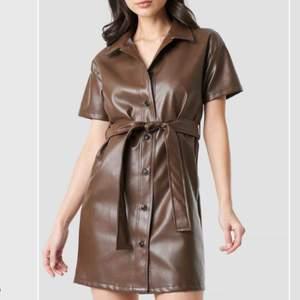 Helt ny & oanvänd imitations läder klänning från nakd! Slutsåld på deras hemsida 😍 Prislappen finns även kvar