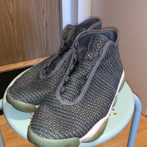 Har haft dessa skor i garderoben i typ 3 år och inte använt de alls därför vill jag sälja de, tyvärr hittade jag inte häller sko snörena till den så man behöver köpa nya ifall man vill använda de