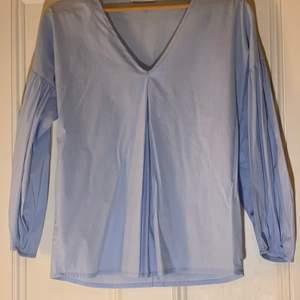 Ljusblå blus köpt från motivi. Från Italien. Aldrig använd