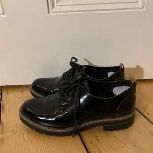 Svarta låga skor i strl 38 i bra skick