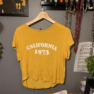 Tunn t-shirt med tryck i använt skick🐡 🦎1 plagg 30kr🦎2 plagg 50kr🦎3 plagg 70kr🦎4 plagg 95kr🦎5 plagg 120kr🦎