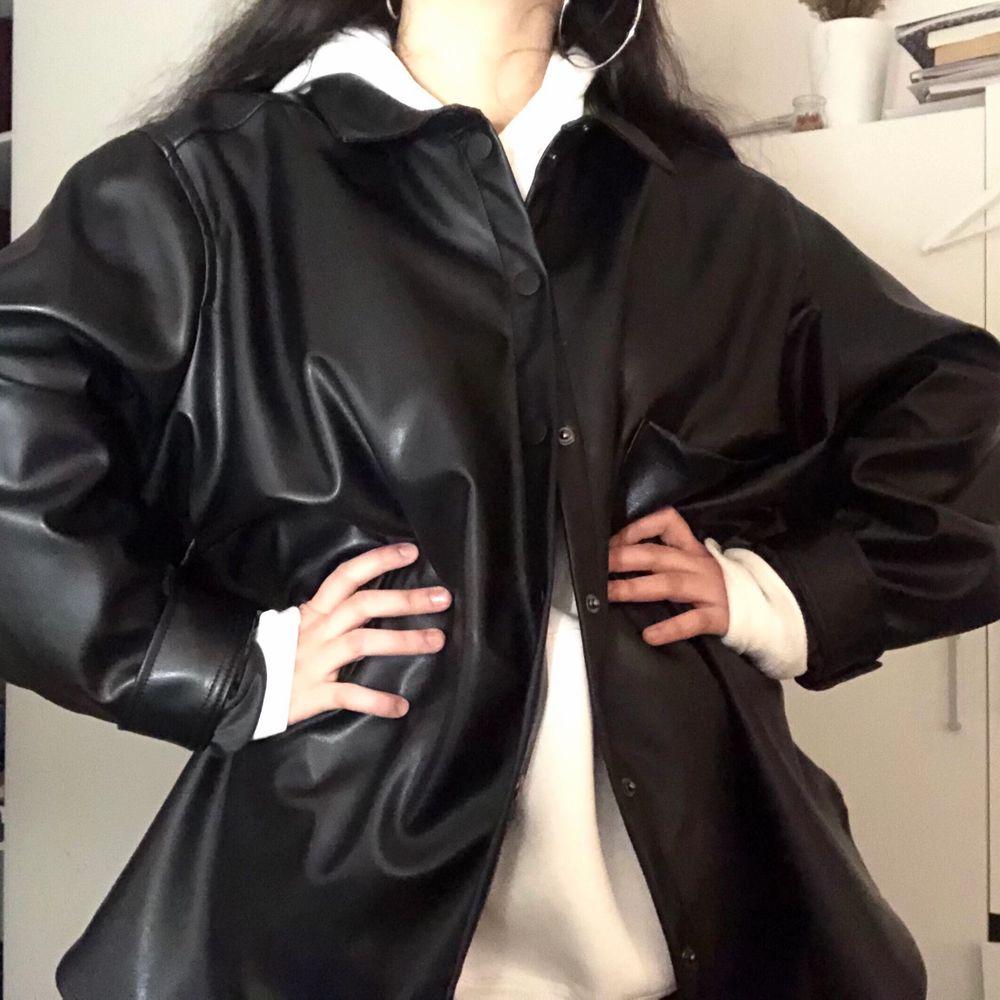 Svart skinnjacka från H&M. Jackan är 3XL och jag är S. . Jackor.