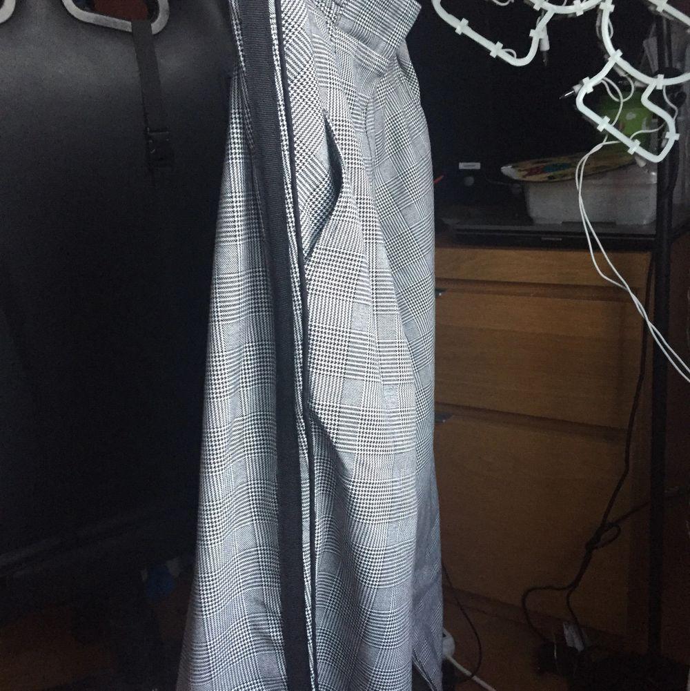 Fin grå rutig kostymbyxa, som år i bra skick och i storlek XS men troligen S oxå!. Jeans & Byxor.
