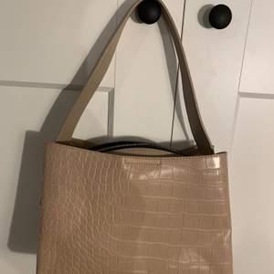 Fin rosa/beige väska från Chicy.se. Knappt använd. Köparen står själv för frakt!
