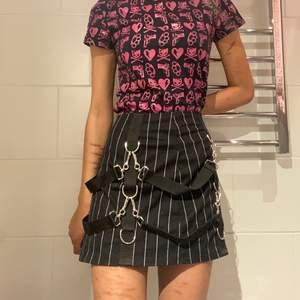 skitcool kjol som jag älskar men säljer för den tyvärr är för stor. köpte för ca 600kr så tänker inte sälja den för billigt heller då den endast är använd 2 gånger