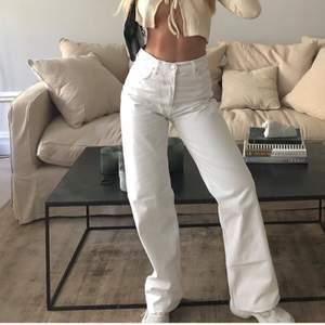 ( FÖRSTA BILDEN LÅNAD ) Såååå snygga, vita, straightleg jeans i st. 36! Jag är 160 och har 65cm i midjemått och dessa jeans sitter som en smäck!! Säljer för 150kr + frakt (priset kan alltid diskuteras)💖💖