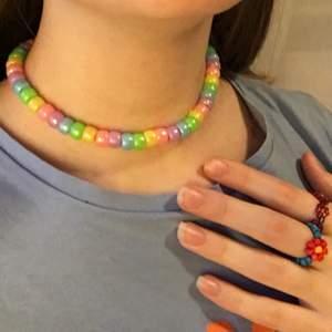 💕halsband jag gjort själv💕 elastiskt tråd. ringarna på andra bilden är också till salu i en annan annons på min sida ✨12kr frakt✨