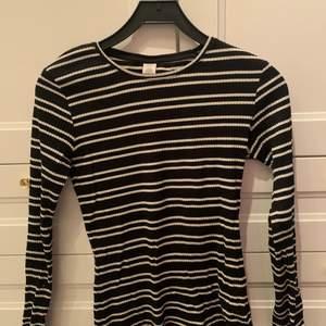 En svart vit randig tröja i storlek 179 från Lindex. Använd ett fåtal gånger. Säljer för 95 kr med frakten inkluderad!! 🖤 Tyget är även lite ribbat. 🤍