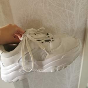 Säljer dessa skor från lager 157. Inte använt dessa många gånger då de blev så smutsiga fort. Säljer billigt och fläckarna går att tvätta bort. Storlek 40 men jag är vanligtvis 38-39. 100+frakt😘
