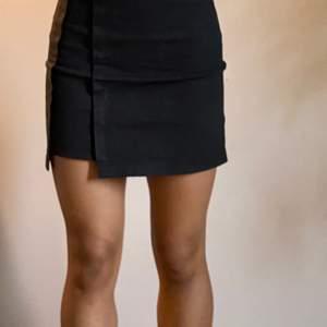 Svart kjol som är superskön. Köpare står för frakt💕