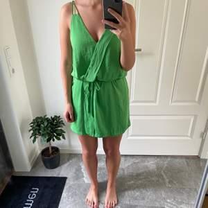 Grön klänning från Zara Basic. Klänningen är i storlek L men passar även M.