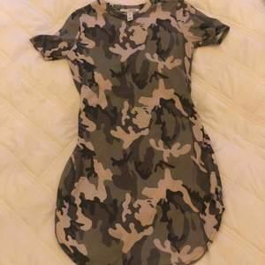 Snyggt åtsittande kortklänning från Nelly. (Sitter riktigt snyggt om ens kurvor). Har en liten slits på var sida.