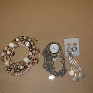 5 armband som bärs ihop, halsband med klocka(batteri måste bytas), ett par jättefina örhängen,, fri frakt✨