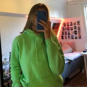Jättefin neongrön hoodie från Bik Bok som är helt oanvänd och i superfint skick! Stl. Xs, kan mötas upp i Stockholm annars står köparen för frakt☀️🧚🏼♀️