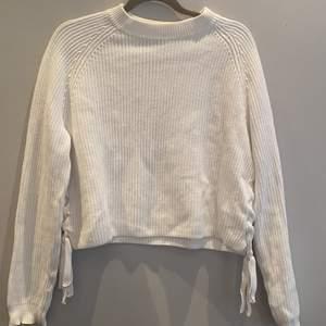 En stickad tröja men knytningar längst ner på båda sidorna, den är användt ett fåtal gånger men är ändå väldigt fin och i bra skick. Den är i stolek M men passar även S väldigt bra😇😇 jag säljer den för 100 + 50 kr frakt🚘🚘