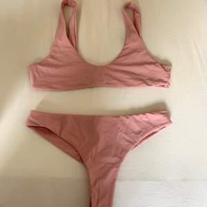 Ljusrosa/gammelrosa bikini. Färgen är åt det ljusare hållet i verkligheten. Mycket bra skick! Går att ha den knuten fram eller inte 🥰 trosorna är mellanhög midja