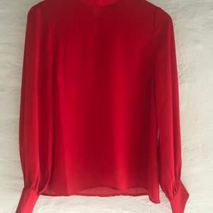 Denna blus är en lose fit med hög krage från Gina Tricot. Knappt använd och därför i mycket bra skick.