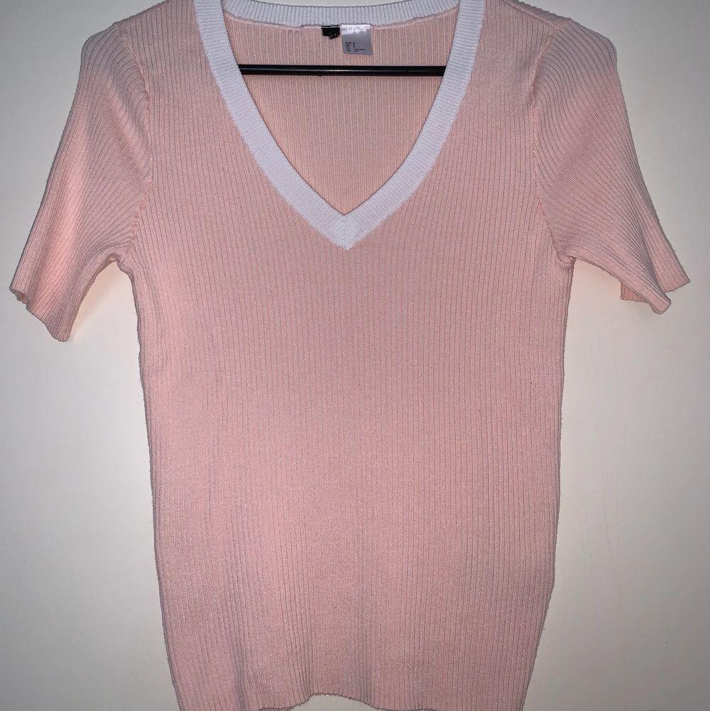 Gullig babyrosa tröja med vit V-ringning. Hämtas upp eller fraktas. Köparen står för frakt. Frakten ligger på ca 40kr. Skicka privat för bättre bild.. T-shirts.