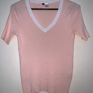 Gullig babyrosa tröja med vit V-ringning. Hämtas upp eller fraktas. Köparen står för frakt. Frakten ligger på ca 40kr. Skicka privat för bättre bild.