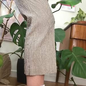 superfina byxor från arket som tyvärr har blivit för små för mig. storleken är 36 men de passar nog mer en 34 som är mellan 155-170 lång. i bra skick!!! (byxorna är blå-gul-rutiga men det framgår ej på bilden)