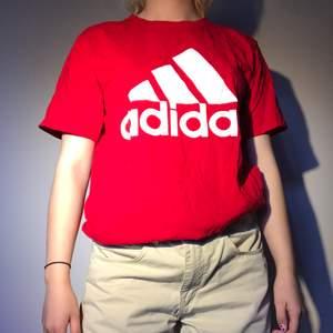 Adidas t-shirt i rak modell. Aldrig använd så nyskick! Frakten är inräknad i priset (44kr) och betalning sker via swish innan paketet skickas ❤️