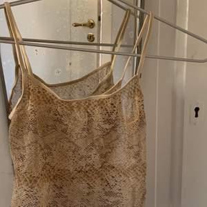 Coolt mesh-linne i ormskinnsmönster. Köpt på humana.
