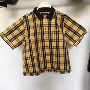 Aldrig andvänd Fred Perry tröja gjord för amy Winehouse foundation, Strl EU 40, UK 12.                                         Möts upp i Sthlm annars står köparen för frakt