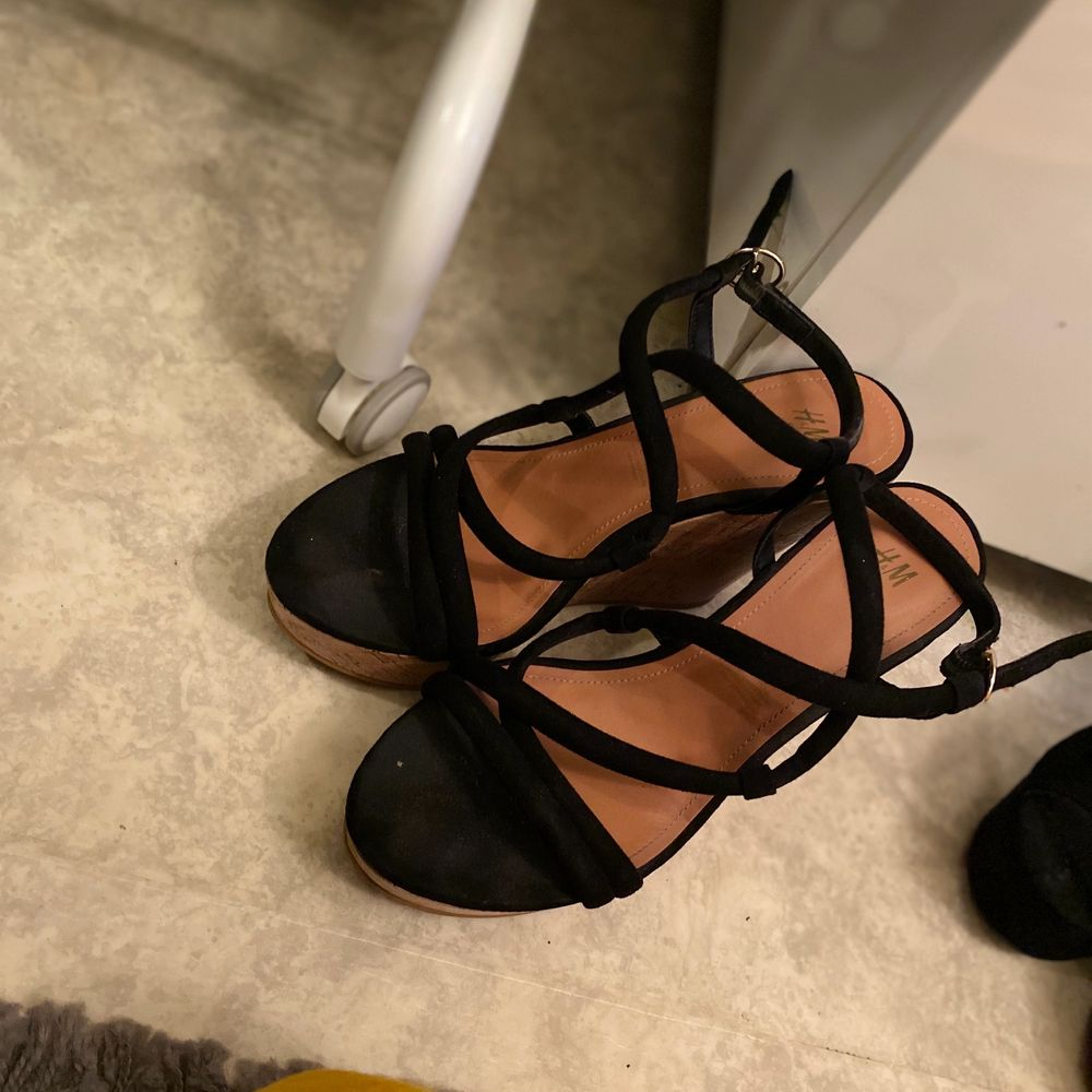Sommar klack skor från Hm. Använd ett par gånger. Väldigt bekväma och enkla att gå i.. Skor.