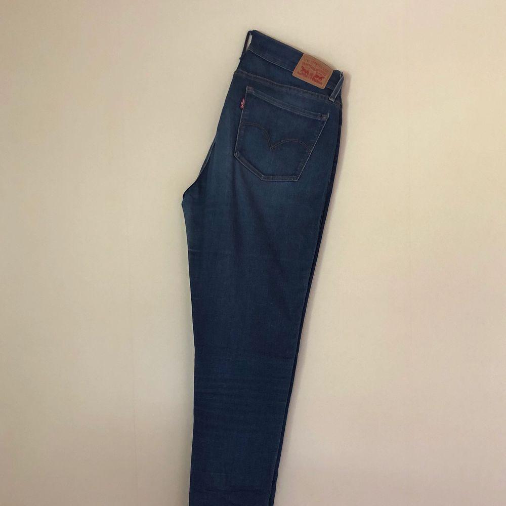 LEVI'S JEANS - 710 SUPER SKINNY. Storlek: W30 L32. Färg/Tvätt: ljusblå (ser lite mörkare ut på bilderna än var de är i verkligheten, skickar gärna fler bilder). Jeansen är i ett gott skick och sparsamt använda. . Jeans & Byxor.