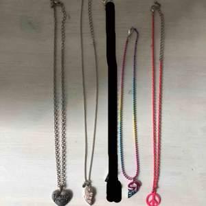 4 stycken bästavän-halsband och ett vanligt med peace-tecken🥰 1 för 10kr, alla för 40kr. Kan mötas upp och frakta, då tillkommer frakt🎀