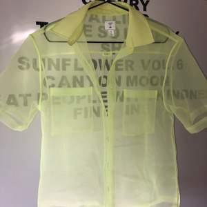 en otroligt cool mesh skjorta köpt från H&M tidigare detta år. Den är helt i nyskick o har bara använt 2-3 gånger. Säljer den pga att den ej kommer till användning!