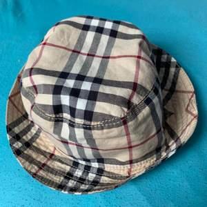 Hej! Jag säljer en burberry bucket hat som är självfallet äkta! Jag säljer den för 1800 eller bäst erbjudande. Nypris på denna är runt 3000kr.