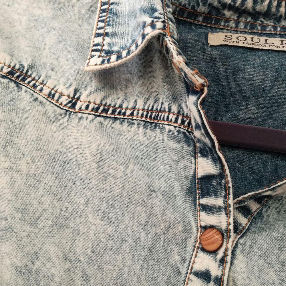 Jeans skjorta från soul river. Säljer pga att det inte är min stil längre. Sparsamt använd! köparen står för frakt och tar endast swish :) . Skjortor.