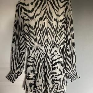 Snygg klänning med volanger och zebra mönster, frakt tillkommer! Pris kan diskureras