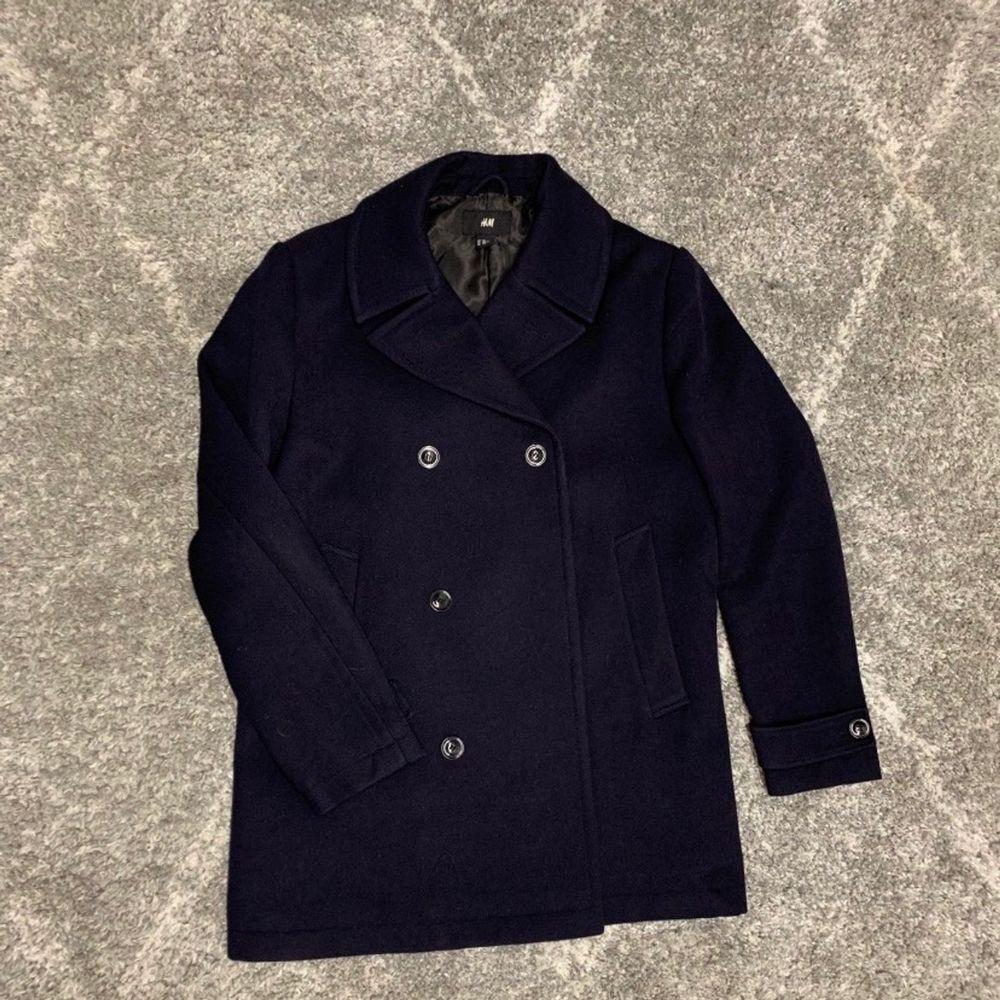 Herrkappa i mörk marinblå/svart, med 6 knappar. Väldigt stilig! . Jackor.