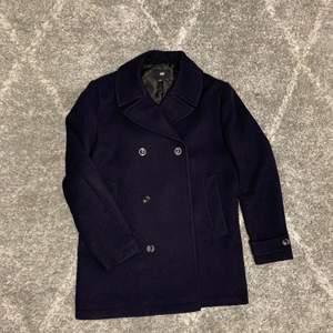 Herrkappa i mörk marinblå/svart, med 6 knappar. Väldigt stilig!