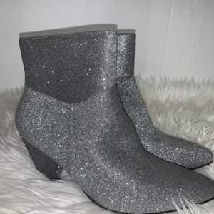 Vill du dra uppmärksamheten till dig så är dessa skor för dig! Super snygga och super sköna att gå i! Använda ett par gånger, men överlag som nya!