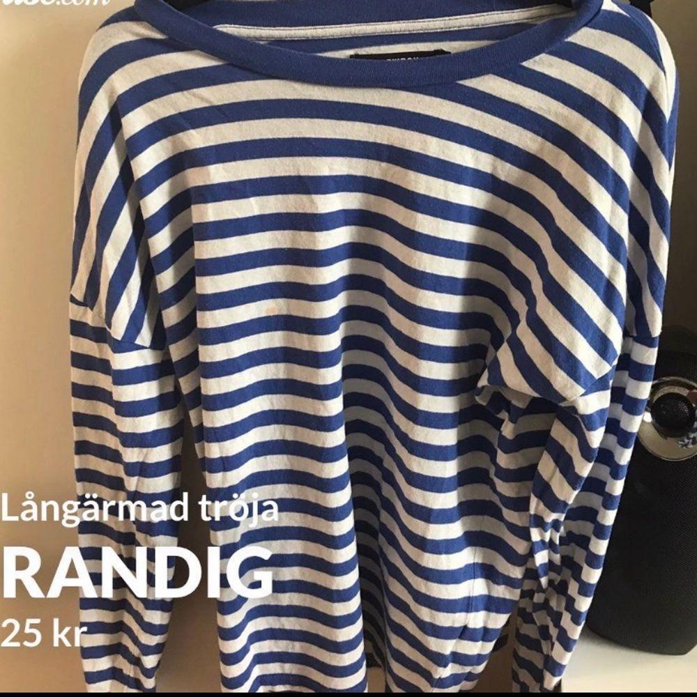 Fin tröja från BikBok i storlek XS, välanvänd och har en fläck på (se andra bilden) därav de billiga priset. Frakt tillkommer och betalning sker via swish💓 Skicka ett meddelande om du har några frågor, vill diskutera pris eller om du vill ha fler bilder🤩🤩. Tröjor & Koftor.
