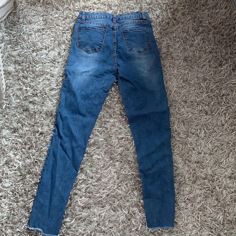 Fina jeans med pärlor på framsidan. Stretchiga. Frakt ingår.. Jeans & Byxor.