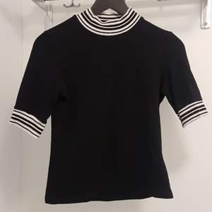 Svartvit tröja m randig halvpolo från Monki i strl S, gjord av bomull/elastan. SOM jag älskat denna tröja - väl använd men i bra skick. Frakt är inräknat i priset. Skickar i postens blå påsar och samfraktar gärna. Tar helst emot betalning via Swish. 🌻